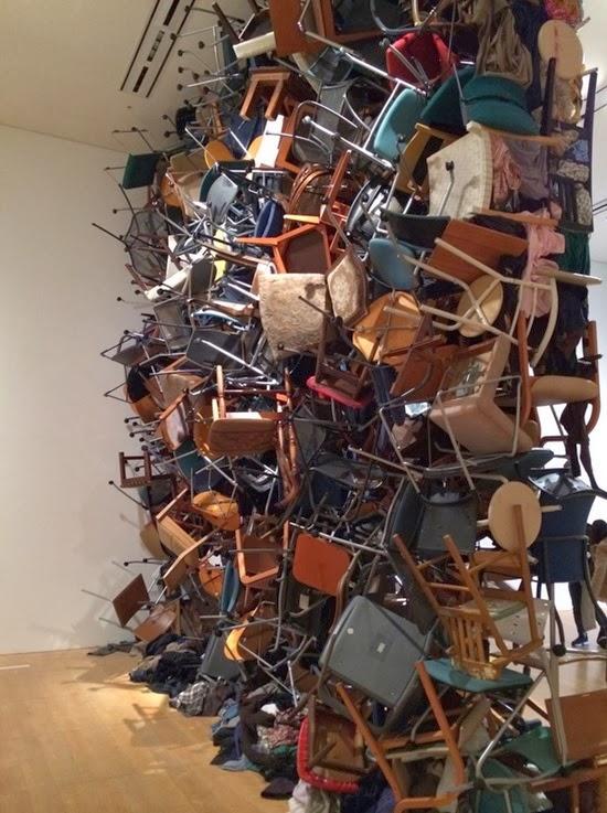 Parede de cadeiras e roupas 03