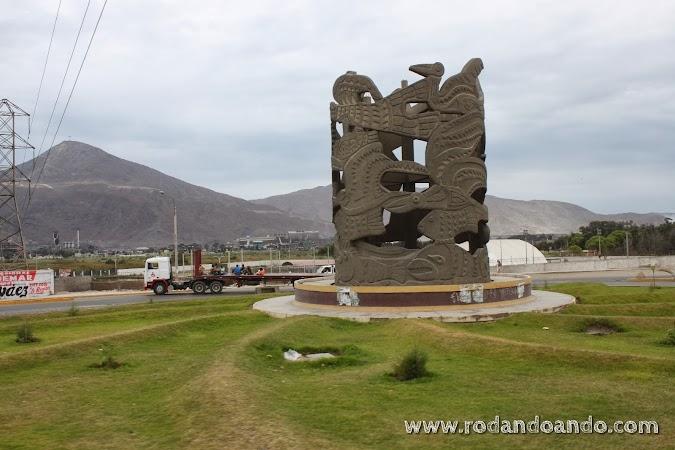 Monumento en la salida de Chimbote