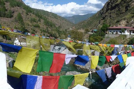 Imagini Bhutan: steaguri rugaciune budiste
