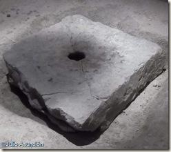 Placa de piedra agujereada - Mausoleos romanos de Llíria