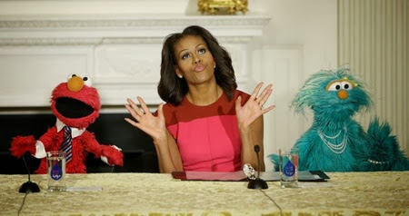 Michelle Obama con Elmo e Rosita dei Muppet a un evento organizzato nella sala da pranzo della Casa Bianca per promuovere il consumo di frutta e verdura tra i bambini