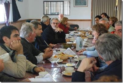 El intendente  Juan Pablo de Jesús desayunando con abuelos del Centro de Jubilados Grupo Amistad de Mar de Ajó