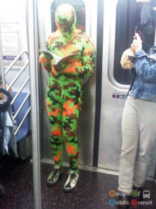 pessoas bizarras em metrô (18)