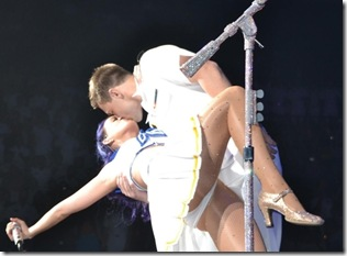 katy-perry-upskirt-at-naval-concert-600x450