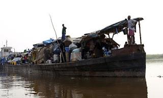 Une embarcation sur le fleuve Congo. Photo channel.nationalgeographic.com