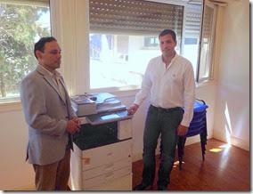El intendente entregó una fotocopiadora al subdirector Regional del Registro Provincial de las Personas, Carlos Rajoy.