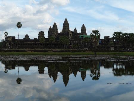 Angkor Wat oglindindu-se in apa