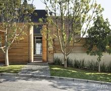 casa-con-fachadas-de-madera-revestimiento-de-madera