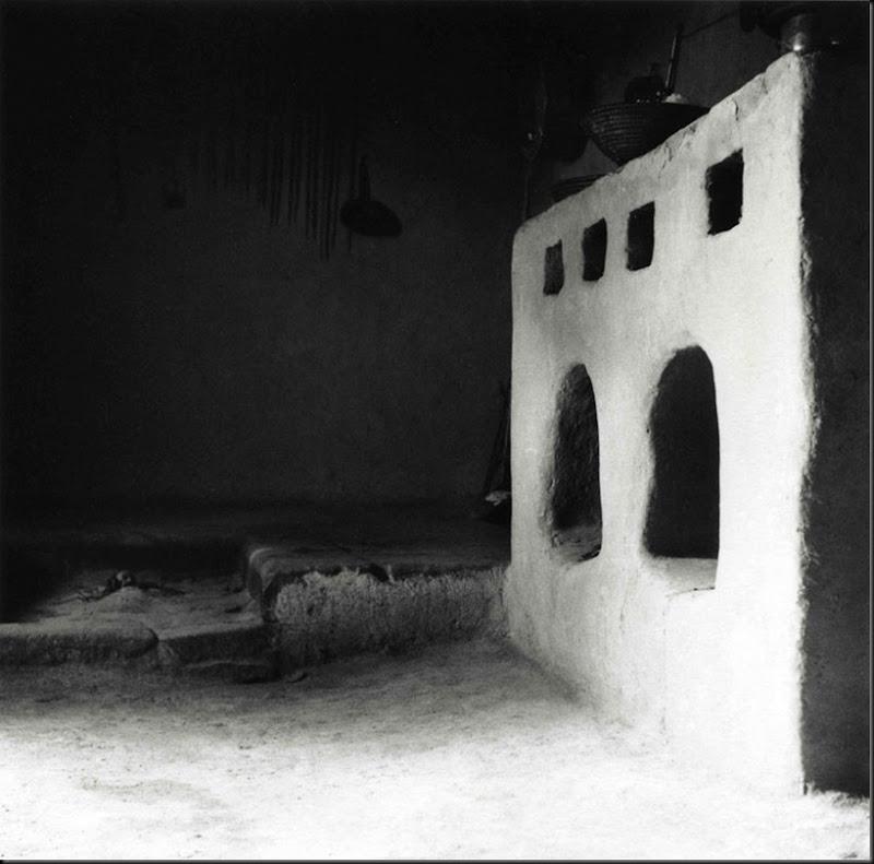 © Ugo Pellis-Museo delle Culture, Lugano, Switzerland. - Sa vorrèdda gun-ifožìbis i forrèddus (focolare a terra e alto) - Usellus - 2 Giugno 1934