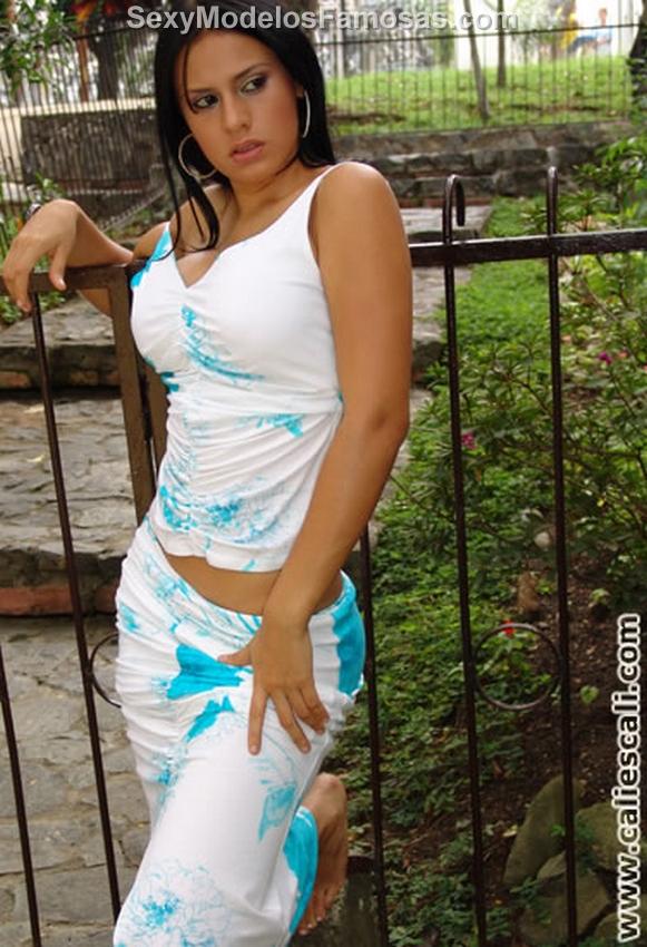 Andrea rincon selena spice vestido blanco con flores for Selena spice