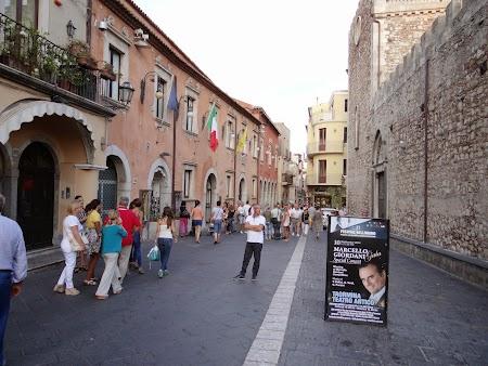 43. Strada centrale din Taormina.JPG
