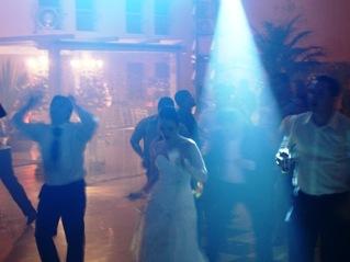 Face noiva dancando