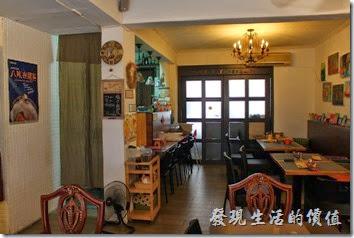 台南【bRidge+,橋上看書】咖啡廳內的景象。