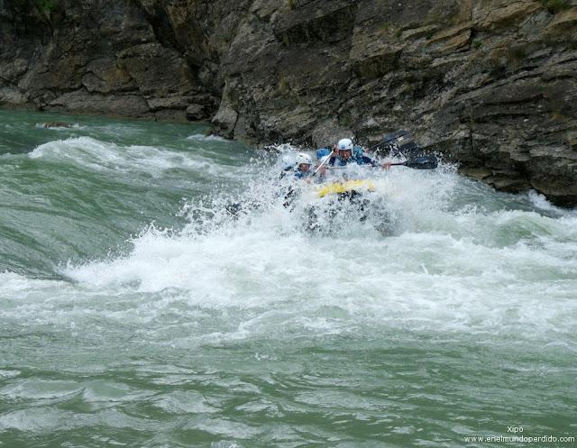 rompiendo-rápidos-en-rafting-por-el-rio-gallego.jpg