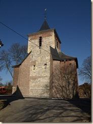 De toren van de ker is pas gerestaureerd en een nieuw kruis en windhaan werden geïnstalleerd