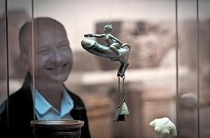 Xabier Llovera, director del Museu d'Arqueologia de Catalunya, admira el 'Falo de Sasamón', extraordinaria pieza de bronce y con supuestos poderes contra el mal de ojo
