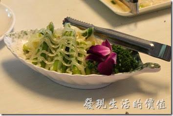 高雄-頭前園土雞城休閒餐廳。這就是單點的涼拌「蘆筍沙拉」,NT180。份量有點少,大概十根不到吧!如果不是很喜歡吃蘆筍的建議跳掉。其中有一兩根還有點老。