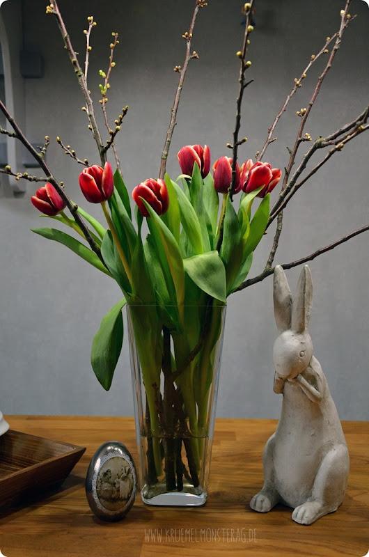 rote Tulpen (01) mit Kirschblütenzweigen am FridayFlowerday