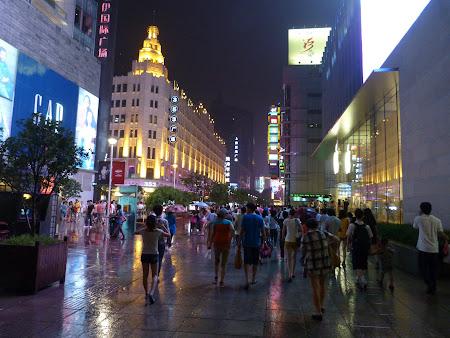 Shopping Shanghai: Nanjing Lu dupa ploaie