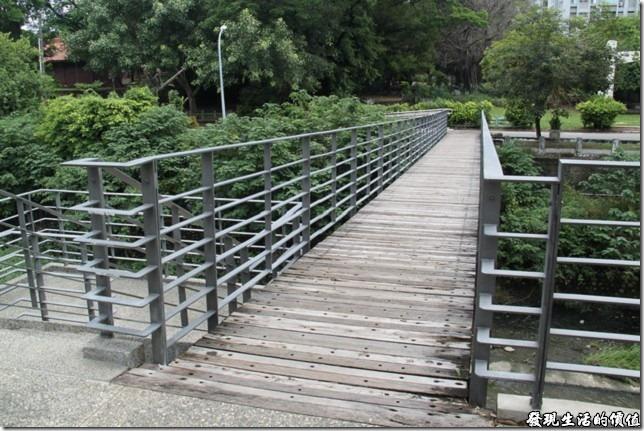ORO竹溪店的大門口有 一狀橫跨竹溪的便橋,過了這座橋的對面就是台南市的運動公園了。