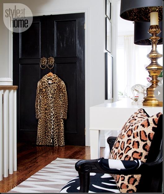 puertas negras tiradores cabezas leon