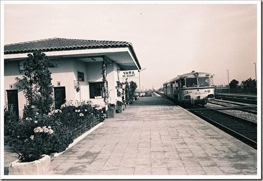 VARA DE QUART.- nov. 1981 jefe estación comunicándo la salida a un ferrobús. E.Gonzalo
