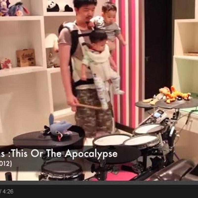 Drummer παίζει παρέα με τα παιδιά του