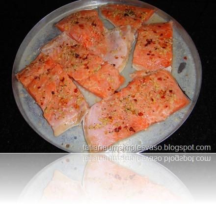 Salmão temperado com sal, limão, pimenta calabresa desidratada e uma mistura de alho, cebola e salsa desidratada