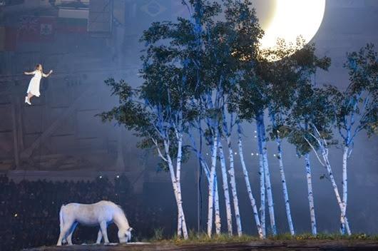 Артистка-во-время-театрализованного-представления-на-церемонии-открытия-XXII-зимних-Олимпийских-игр-в-Сочи1