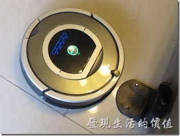 【iRobot Roomba 780】掃地機器人打掃及自動回到充電座的情形。