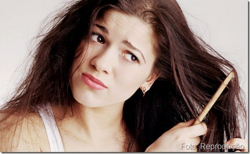 Tratando o cabelo com um produto