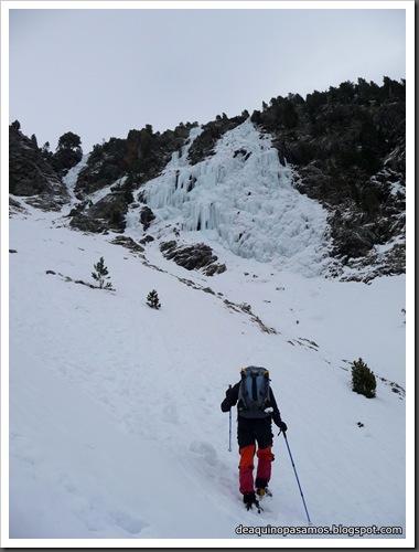 Cascada Mamporros para todos 100m WI4 ,III 90º (Aigualluts, Benasque, Pirineos) (Omar) 0424