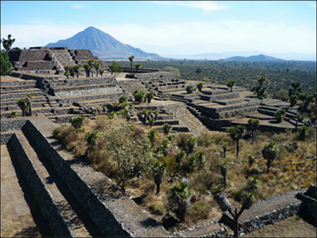 Ruins of the city of Cantona in the Mexican state of Puebla, with the mountain Cerro Pizarro in the background. The city was abandoned almost 1,000 years ago, probably as a result of a prolonged drought. Photo: Ines Urdaneta / Wikimedia Commons
