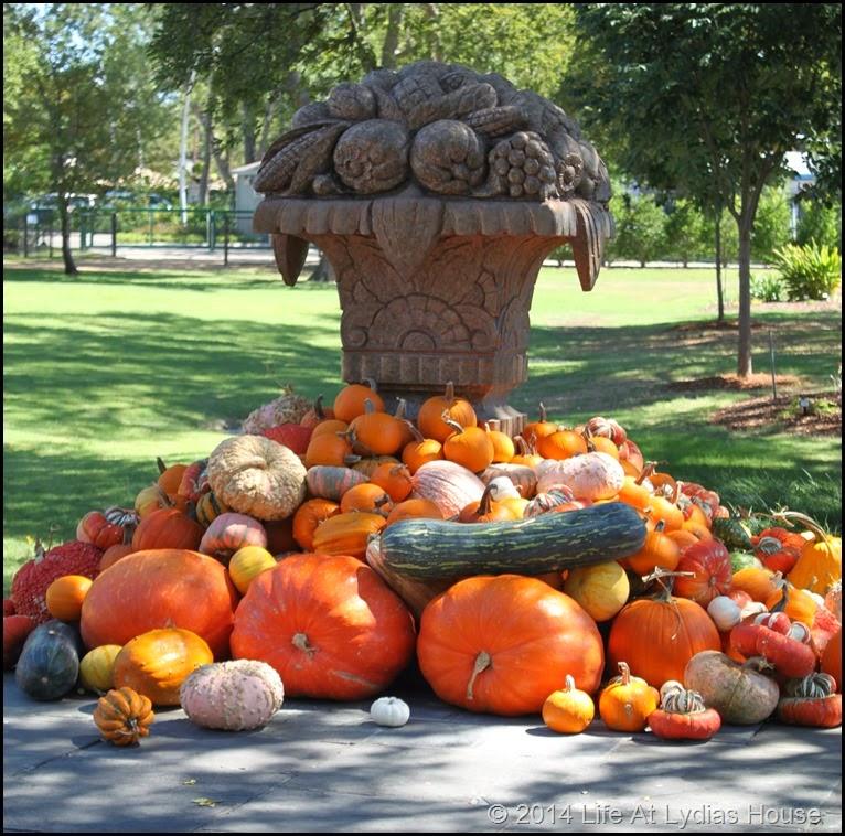 Dallas Arboretum - pumpkin festival-della robia urn