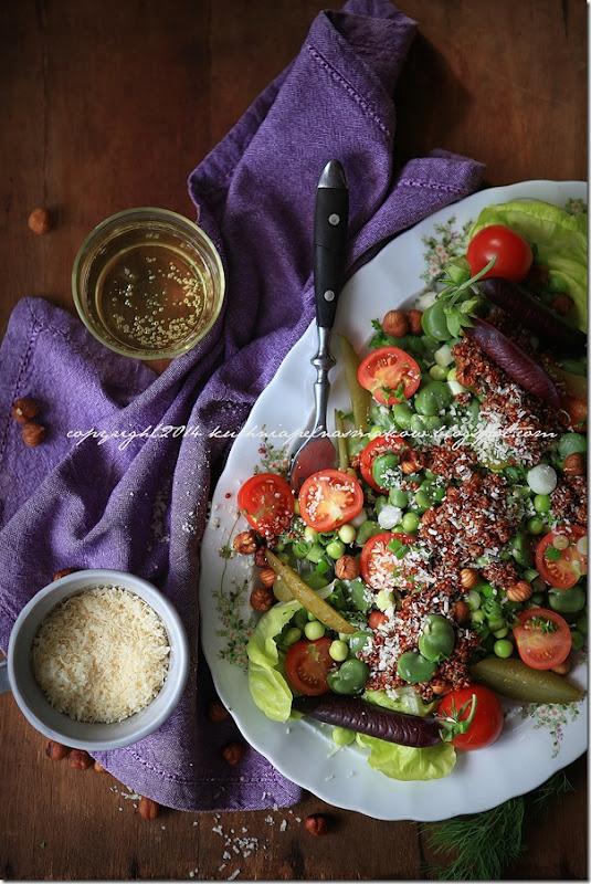 fioletowy groszek w sałatce z bobem, groszkiem zielonym, quinoa i ogórkirm kiszonym pod parmezanową chmurką (13)