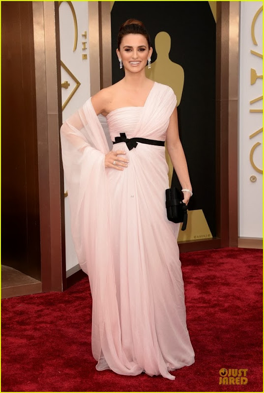 penelope-cruz-gorgeously-flows-on-oscars-2014-red-carpet-03