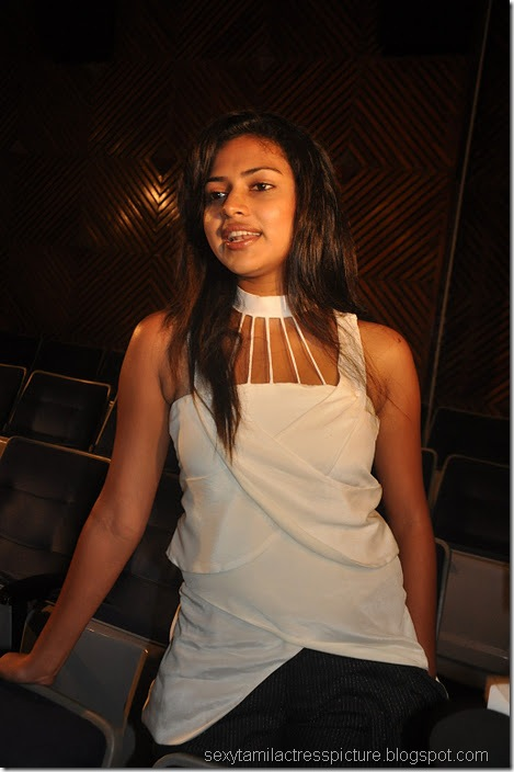 Vettai_amala_Paul_Hot_in_white_dress