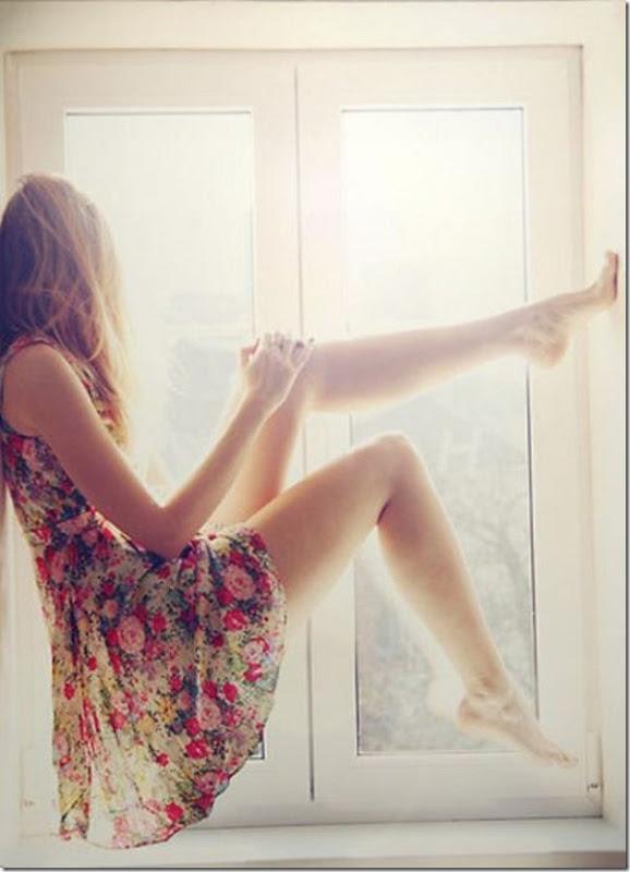 Lindas imagens de garotas olhando para fora da janela (13)