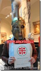 DSC06993 (1) Beskuren bättrad. Fredrik Vesterberg med text Amorism och grekisk hjälm