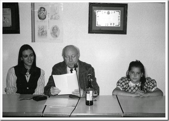 Anfós Ramón i Garcia leyendo llibret La Ferroviaria año 1998