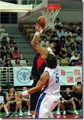 韓國隊13號河昇鎮(持球)菲律賓5號陶拉瓦(左)