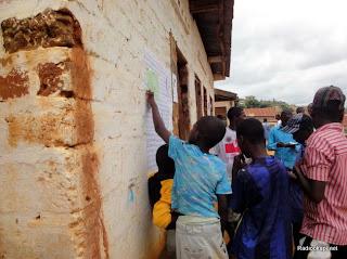 Des enfants et des adultes consultent les résultats des élections présidentielle et législatives dans un bureau de vote de Matadi (Bas-Congo), le 29 novembre 2011. Radio Okapi