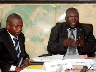 De gauche à droite, le vice président du Csac, Alain Nkoy et le président du Csac, Abbé Jean Bosco Bahala Okw' Ibale, lors d'une conférence de presse le 28/09/2011 à Kinshasa. Radio Okapi/ Ph. John Bompengo