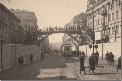 Varsavia, il ponte che unisce le due zone che compongono il ghetto, febbraio 1943