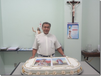 Padre Raimundo abençoa o bolo