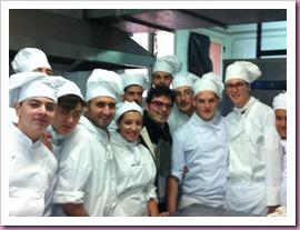Niki-Della-Corte-in-cucina-IPSAR-Pozzuoli-con-allievi