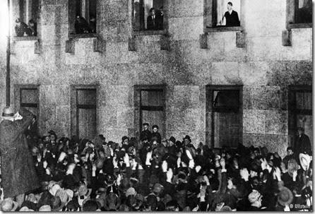 Hitler tampil di jendela kantor kanselir, disambut oleh para pendukungnya