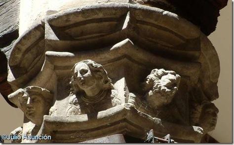 Casa de Fray Diego de Estella - Decoración de las columnas de patio