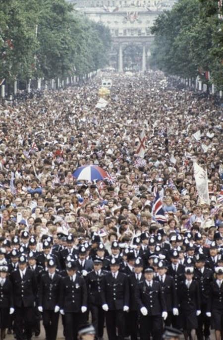 Dos millones de admiradores de los Windsor y de la futura princesa se agolparon a lo largo del trayecto de cinco kilómetros entre Buckingham y el templo