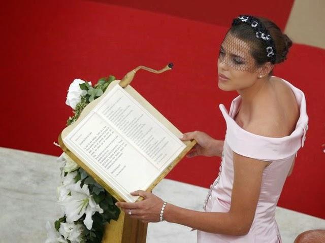 La hija de la princesas Carolina de Mónaco, Carlota Casiraghi, se prepara para leer durante la boda